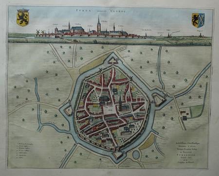 België. Veurne. Stadsplattegrond in vogelvluchtperspectief en aanzicht.