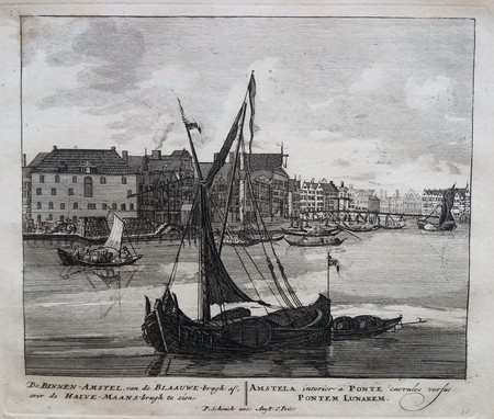 Amsterdam. Binnen Amstel; gezien vanaf de Blauwbrug richting de Halvemaansbrug.